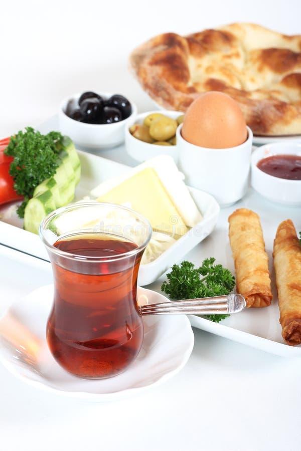 Εύγευστο παραδοσιακό τουρκικό πρόγευμα με το τουρκικό τσάι στοκ εικόνα