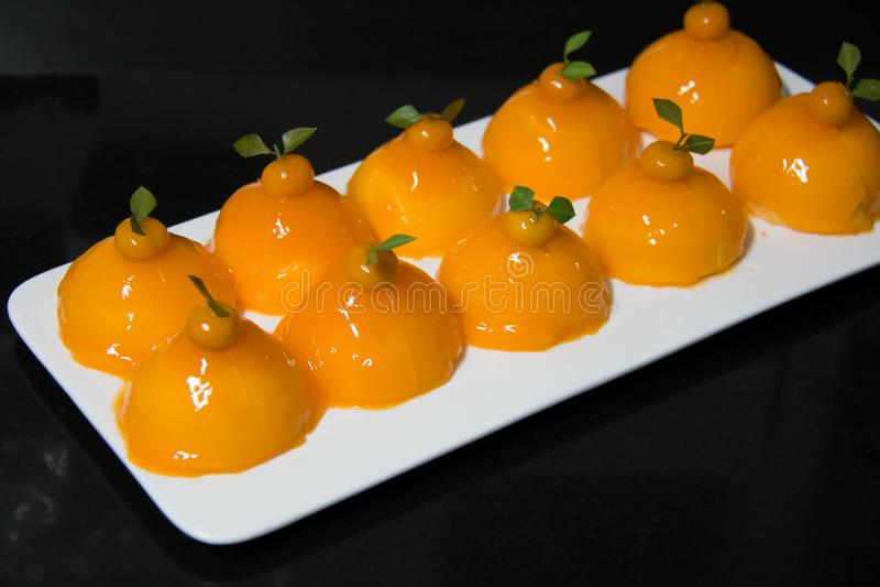 Εύγευστο πορτοκαλί κέικ με την πορτοκαλιά κρέμα στοκ φωτογραφία