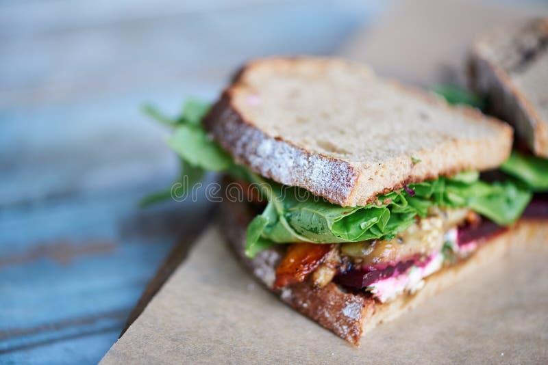 Εύγευστο σάντουιτς artisinal των μικτών λαχανικών σε έναν ξύλινο πίνακα στοκ φωτογραφίες