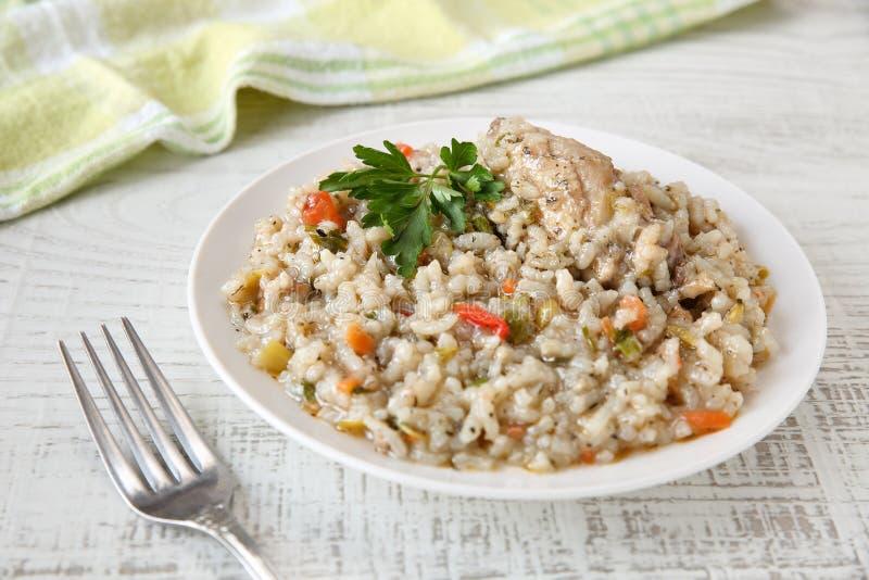 Εύγευστο, σπιτικό παραδοσιακό βουλγαρικό stew κοτόπουλου με το ρύζι και λαχανικά στο άσπρο πιάτο σε έναν αγροτικό ξύλινο πίνακα ε στοκ φωτογραφία με δικαίωμα ελεύθερης χρήσης