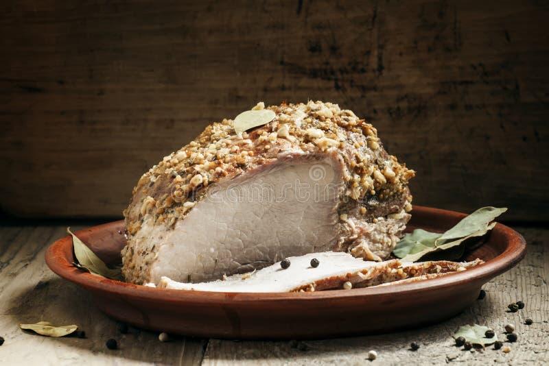 Εύγευστο ψημένο χοιρινό κρέας ζαμπόν σε έναν δίσκο αργίλου στο παλαιό ξύλινο backgr στοκ εικόνα με δικαίωμα ελεύθερης χρήσης