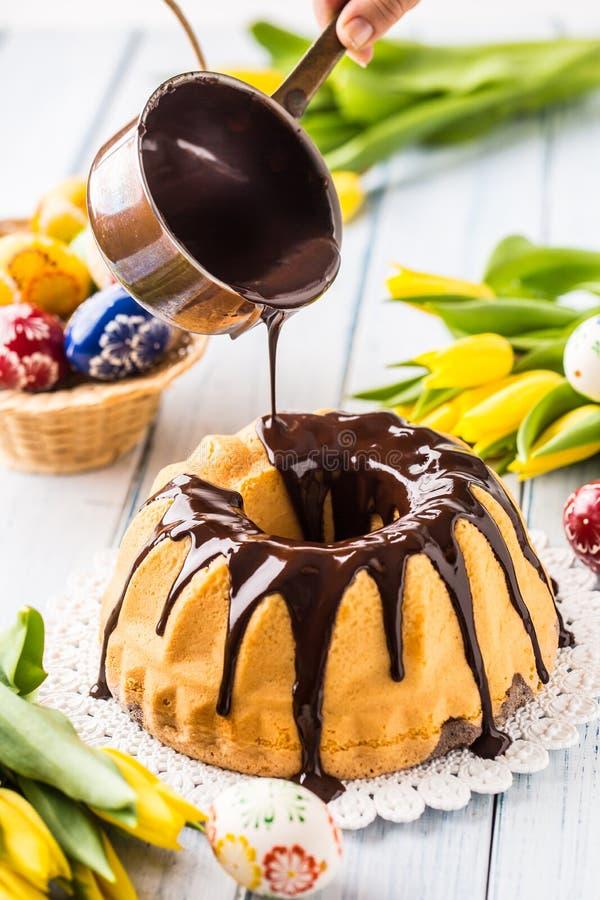 Εύγευστο babovka κέικ διακοπών σλοβάκικο και τσεχικό με το λούστρο σοκολάτας Χύνοντας κάλυμμα σοκολάτας Διακοσμήσεις Πάσχας - άνο στοκ εικόνα με δικαίωμα ελεύθερης χρήσης