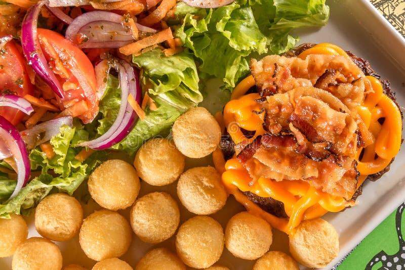Εύγευστο Hambúrguer με το μπέϊκον και το τυρί Cheddar στοκ εικόνες