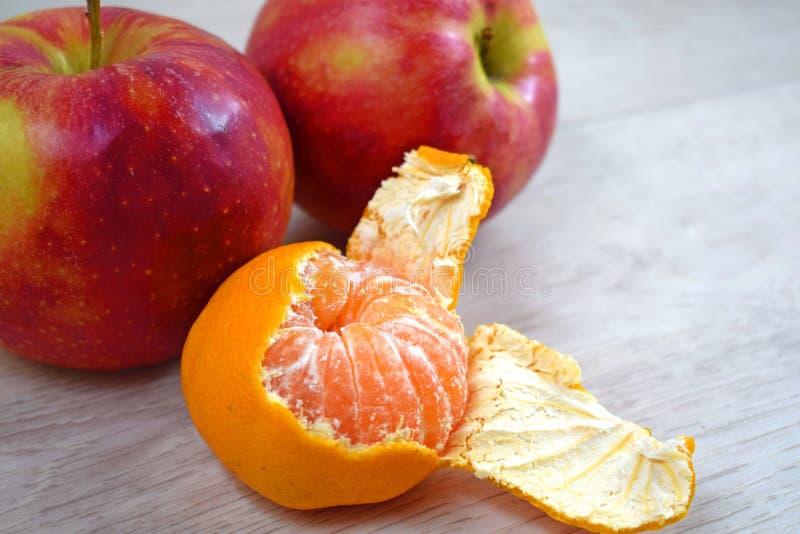Εύγευστο, juicy tangerine και κόκκινα μήλα στοκ εικόνες