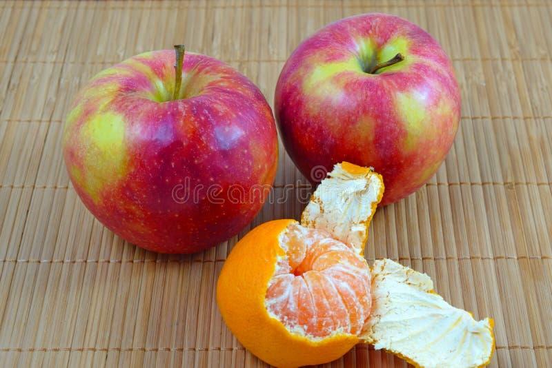 Εύγευστο, juicy tangerine και κόκκινα μήλα στοκ φωτογραφία με δικαίωμα ελεύθερης χρήσης