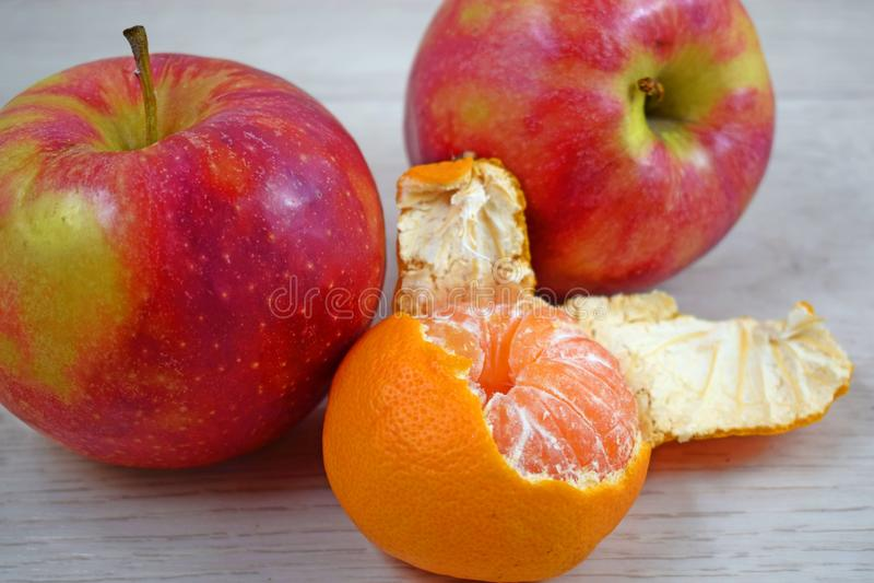 Εύγευστο, juicy tangerine και κόκκινα μήλα στοκ φωτογραφίες