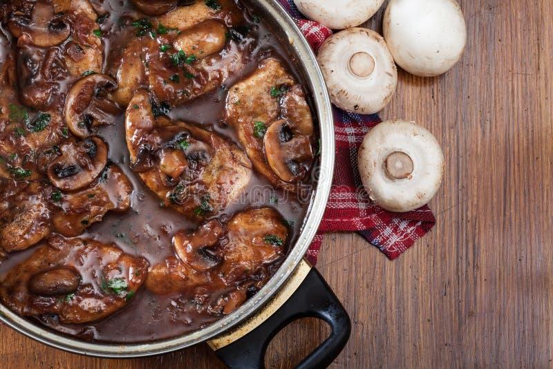 Εύγευστο marsala κοτόπουλου στο τηγάνισμα του τηγανιού στοκ εικόνες
