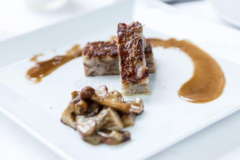 Εύγευστο meatloaf της σύγχρονης κουζίνας στη χαμηλή θερμοκρασία με τη σάλτσα μανιταριών στοκ εικόνες