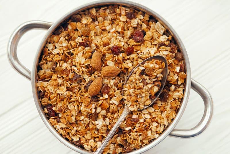 Εύγευστο muesli granola με τα καρύδια και αύξηση στο μεγάλο κύπελλο με στοκ φωτογραφία με δικαίωμα ελεύθερης χρήσης