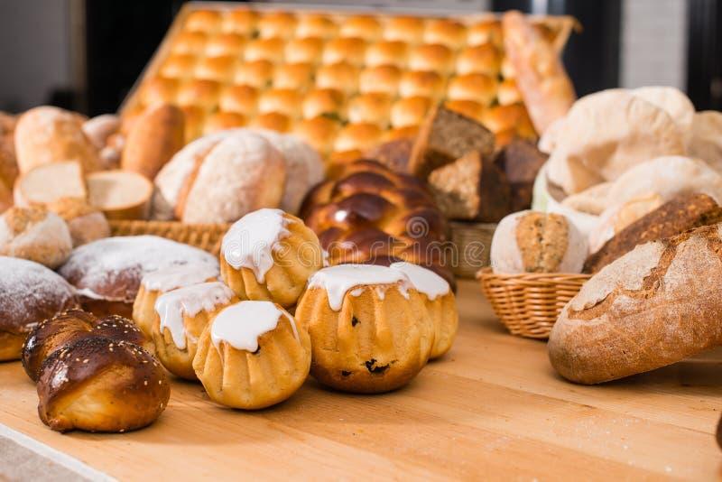 Εύγευστο rhum Au μπαμπάδων κέικ μπαμπάδων ρουμιού με τις σταφίδες και την κρέμα στοκ εικόνα
