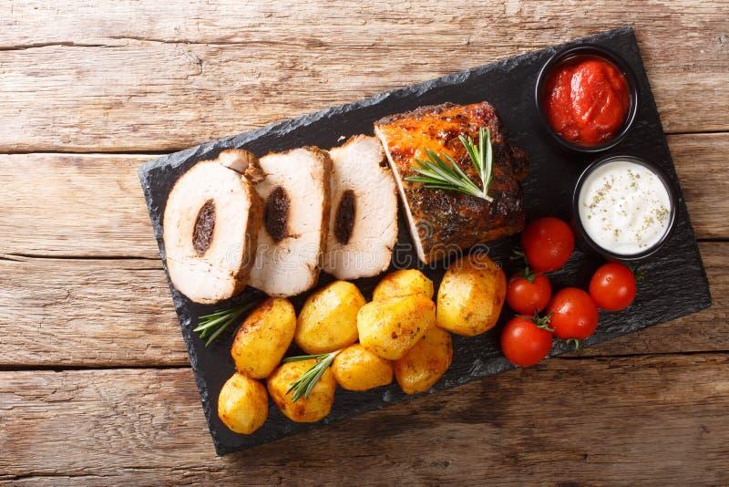 Εύγευστο tenderloin χοιρινού κρέατος με τα δαμάσκηνα που εξυπηρετούνται με την κινηματογράφηση σε πρώτο πλάνο καινούριων πατατών  στοκ φωτογραφίες με δικαίωμα ελεύθερης χρήσης