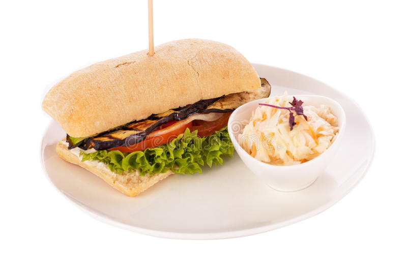 Εύγευστο vegan χορτοφάγο burger με την ψημένη στη σχάρα μελιτζάνα στοκ φωτογραφία με δικαίωμα ελεύθερης χρήσης