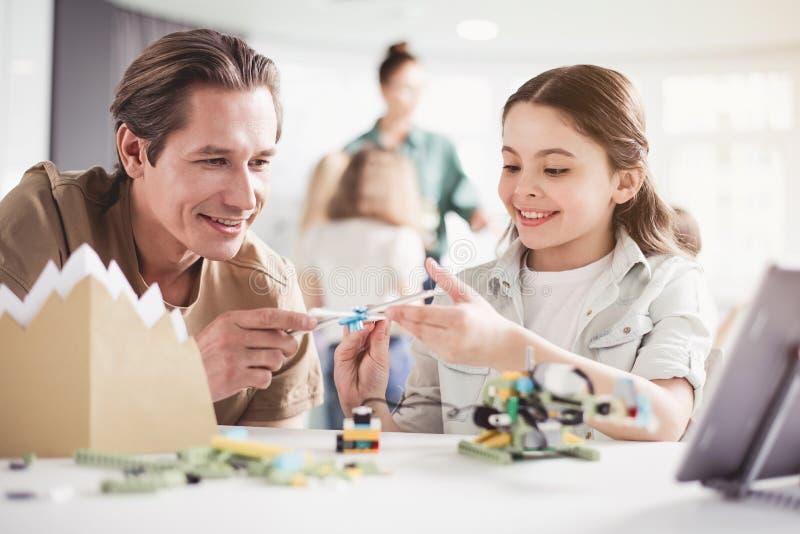 Εύθυμα αρσενικό και κορίτσι που κατασκευάζουν το ελικόπτερο στοκ φωτογραφία