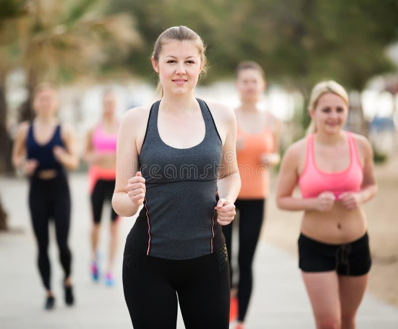 Εύθυμα νέα κορίτσια κατά τη διάρκεια της racewalking κατάρτισης στοκ εικόνες