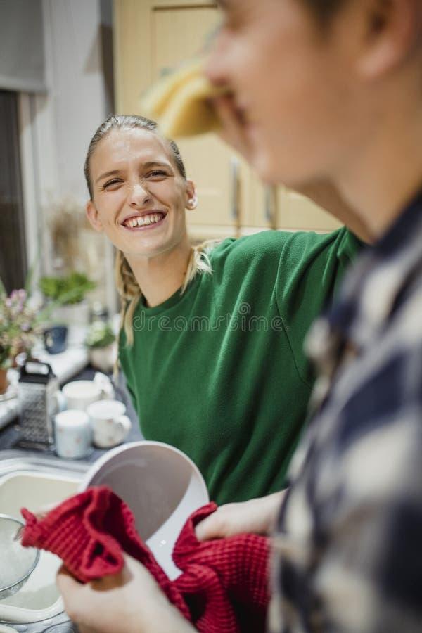 Εύθυμα πιάτα πλύσης ζεύγους στοκ φωτογραφία