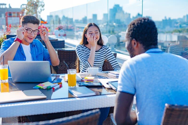 Εύθυμα freelancers που αστειεύονται κατά τη διάρκεια της άτυπης συνεδρίασης στοκ φωτογραφίες με δικαίωμα ελεύθερης χρήσης