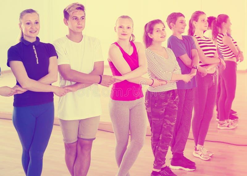 Εύθυμα teens που μελετούν το λαϊκό χορό ύφους στοκ εικόνα