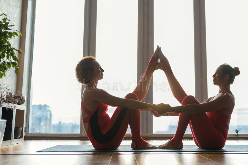 Εύθυμες γυναίκες που υποβάλλονται στην αθλητική στάση στοκ εικόνες