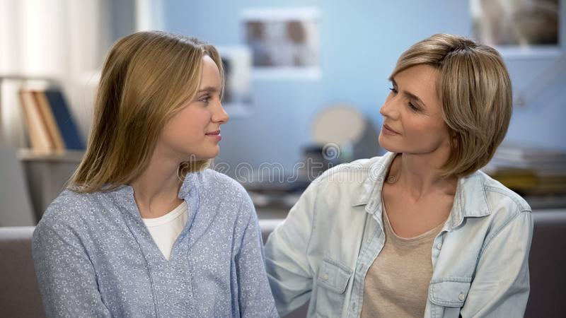 Εύθυμες μητέρα και κόρη που εξετάζουν η μια την άλλη, καλύτεροι φίλοι, κατανόηση στοκ φωτογραφία