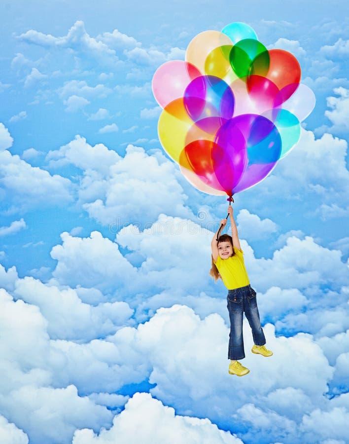 Εύθυμες μύγες κοριτσιών με τα μπαλόνια στοκ εικόνες