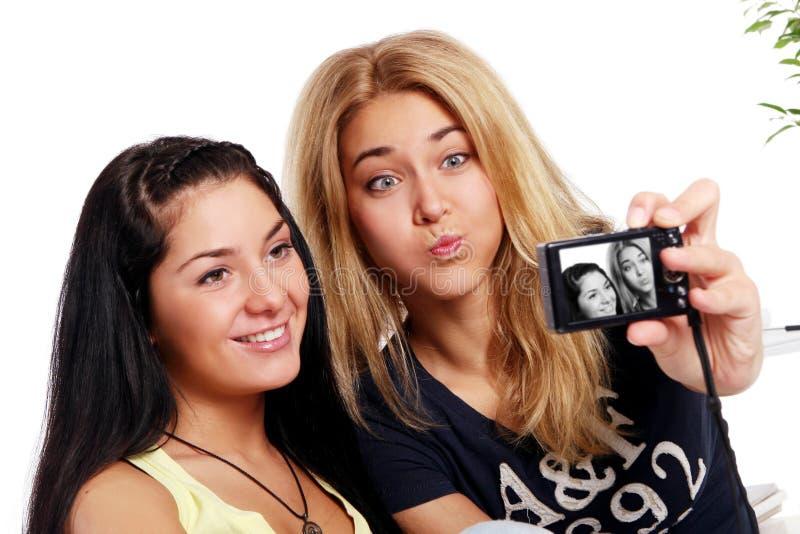 Εύθυμες φίλες με τη φωτογραφική μηχανή φωτογραφιών στοκ εικόνα