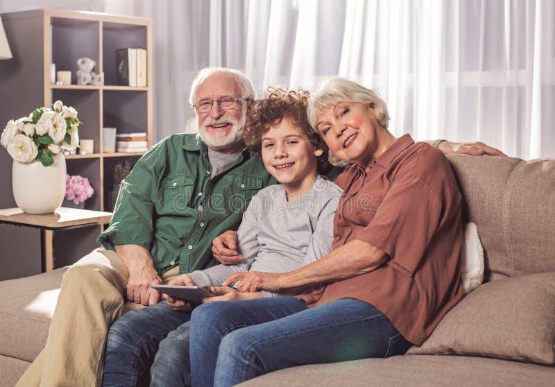 Εύθυμες grandpa και γιαγιά με τον εγγονό στοκ εικόνες