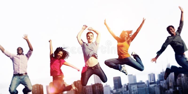 Εύθυμη έννοια εορτασμού επιτυχίας ευτυχίας ανθρώπων στοκ εικόνα