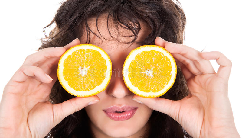 Εύθυμη γυναίκα με δύο φέτες του πορτοκαλιού στοκ εικόνα με δικαίωμα ελεύθερης χρήσης