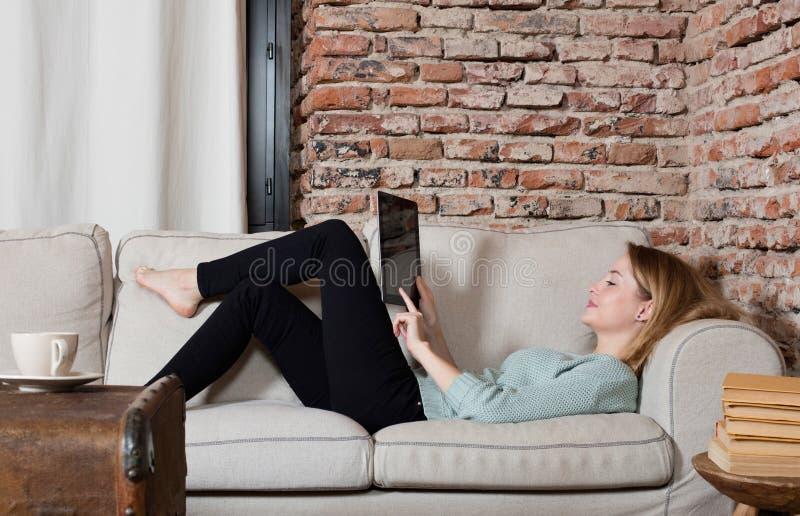 Εύθυμη γυναίκα με μια ψηφιακή ταμπλέτα στοκ εικόνες