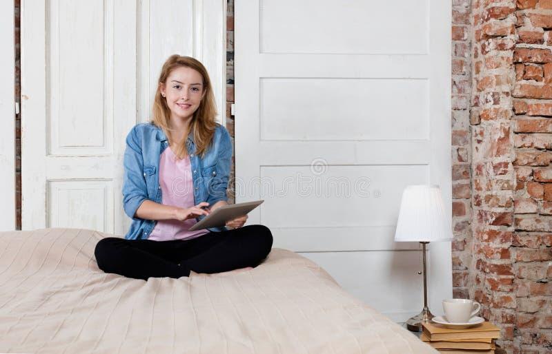 Εύθυμη γυναίκα με την ψηφιακή ταμπλέτα στοκ εικόνα με δικαίωμα ελεύθερης χρήσης
