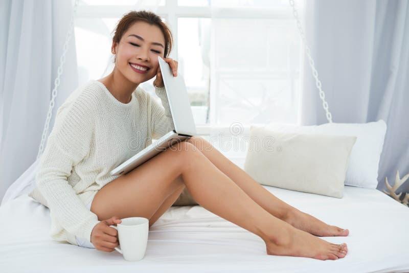 Εύθυμη γυναίκα με το lap-top στοκ εικόνες