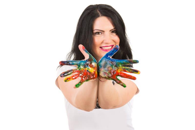 Εύθυμη γυναίκα που παρουσιάζει ακατάστατα ζωηρόχρωμα χέρια στοκ φωτογραφία
