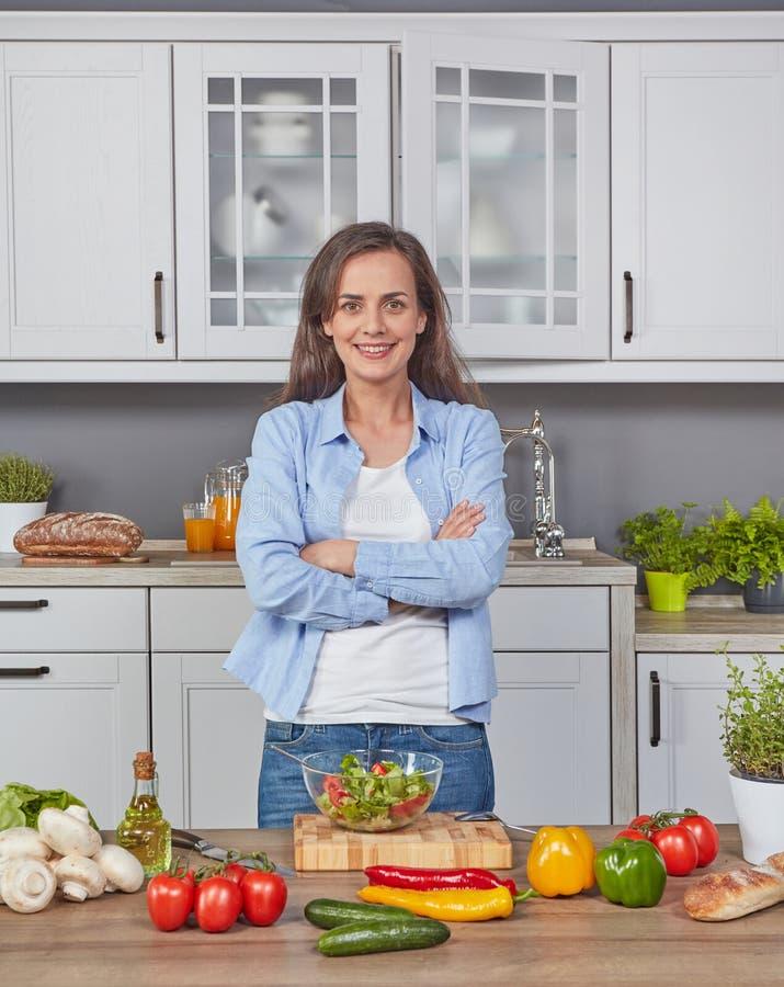 Εύθυμη γυναίκα στην κουζίνα στοκ φωτογραφία με δικαίωμα ελεύθερης χρήσης