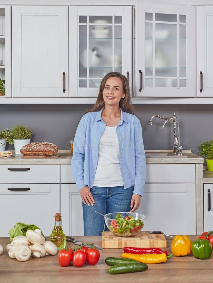 Εύθυμη γυναίκα στην κουζίνα στοκ φωτογραφίες με δικαίωμα ελεύθερης χρήσης