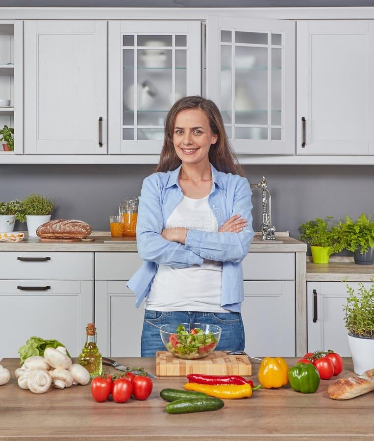Εύθυμη γυναίκα στην κουζίνα στοκ φωτογραφίες