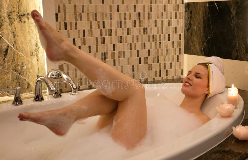 Εύθυμη γυναίκα στην μπανιέρα στοκ εικόνα