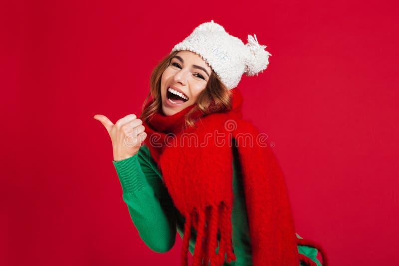 Εύθυμη γυναίκα brunette στο πουλόβερ, το αστεία καπέλο και το μαντίλι στοκ φωτογραφίες