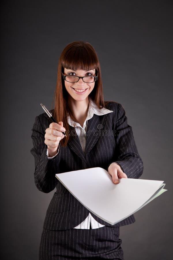 Εύθυμη επιχειρηματίας με τα έγγραφα και την πέννα στοκ φωτογραφίες