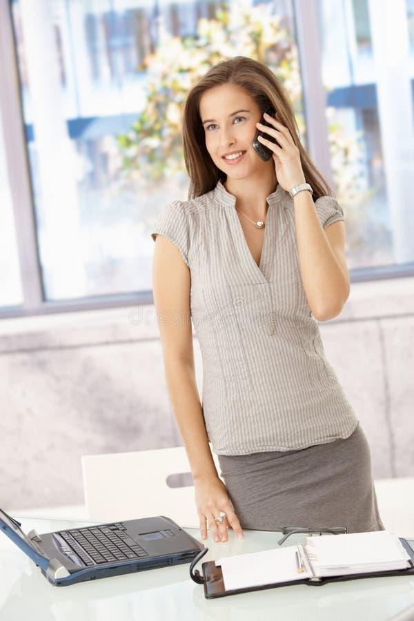 Εύθυμη επιχειρηματίας στο τηλέφωνο στοκ εικόνα
