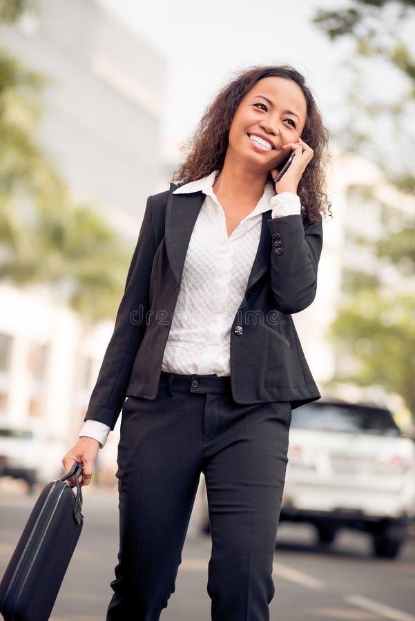 Εύθυμη επιχειρησιακή κυρία στοκ εικόνες με δικαίωμα ελεύθερης χρήσης