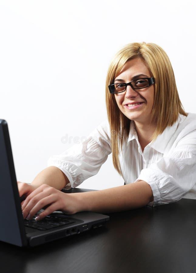 εύθυμη εργασία γυναικών lap-top στοκ φωτογραφία με δικαίωμα ελεύθερης χρήσης