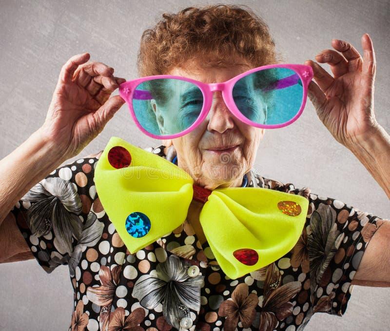 Εύθυμη ηλικιωμένη γυναίκα στοκ εικόνες