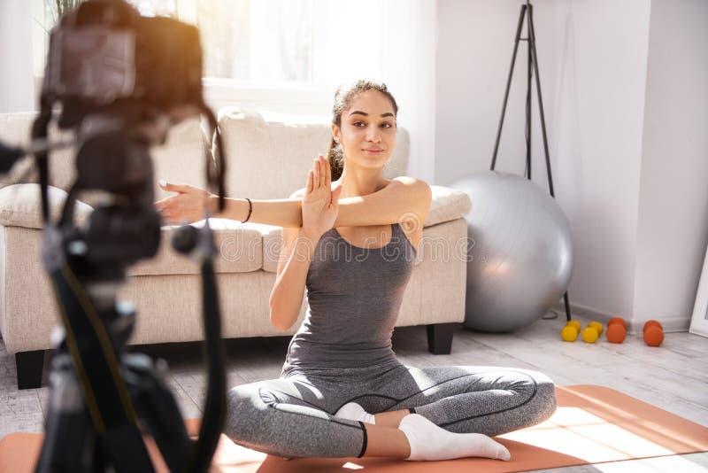 Εύθυμη μαγνητοσκόπηση γυναικών η πρακτική γιόγκας της για ένα vlog στοκ φωτογραφίες με δικαίωμα ελεύθερης χρήσης