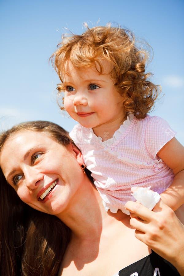 εύθυμη μητέρα κοριτσιών μω&rho στοκ εικόνα με δικαίωμα ελεύθερης χρήσης