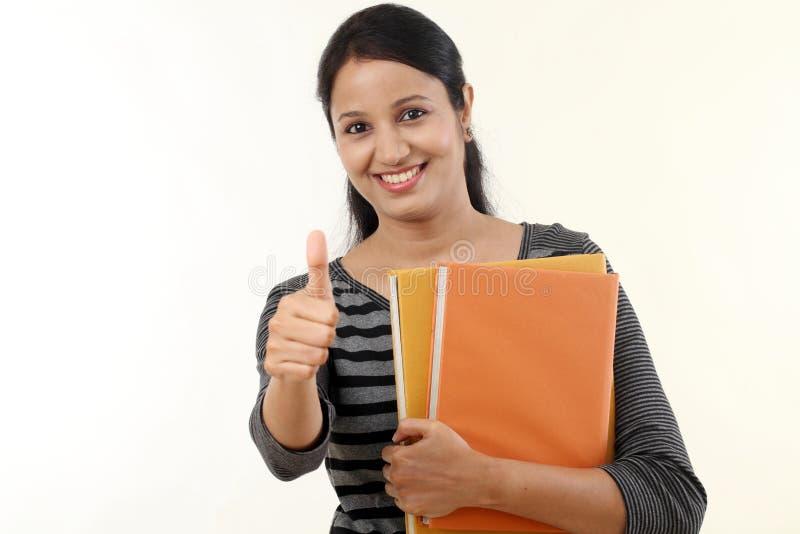 Εύθυμη νέα γυναίκα σπουδαστής στοκ φωτογραφία με δικαίωμα ελεύθερης χρήσης