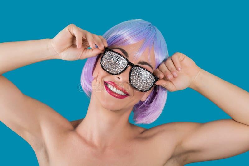Εύθυμη νέα γυναίκα στα γυαλιά γοητείας στοκ εικόνα με δικαίωμα ελεύθερης χρήσης