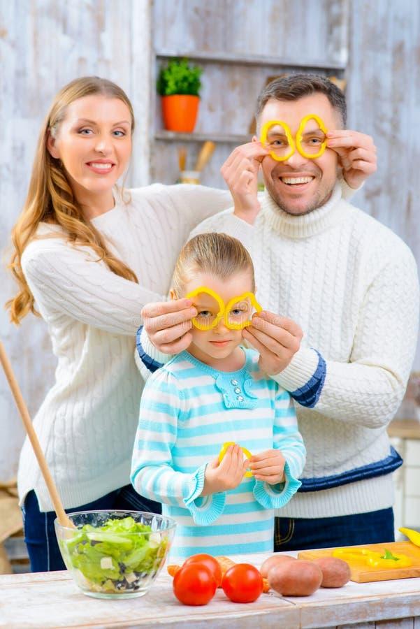 Εύθυμη οικογένεια που έχει τη διασκέδαση στην κουζίνα στοκ φωτογραφίες με δικαίωμα ελεύθερης χρήσης