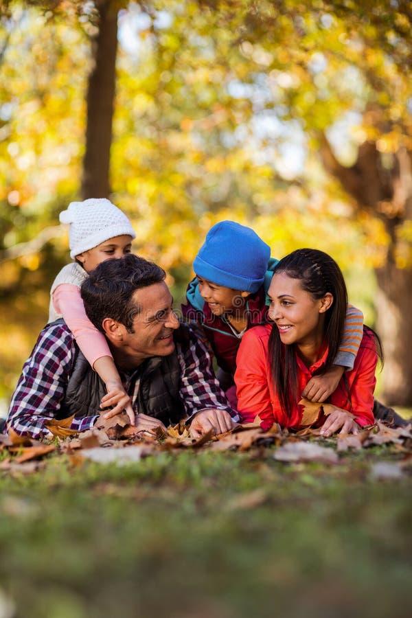 Εύθυμη οικογένεια που βρίσκεται στον τομέα κατά τη διάρκεια του φθινοπώρου στοκ φωτογραφία με δικαίωμα ελεύθερης χρήσης