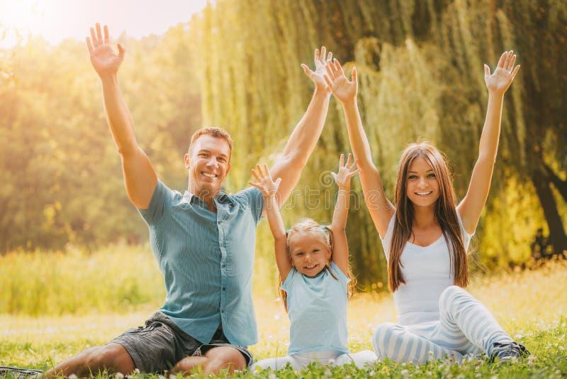 εύθυμη οικογένεια στοκ εικόνα με δικαίωμα ελεύθερης χρήσης