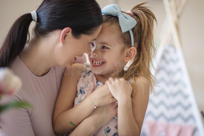 Εύθυμη οικογενειακή σύνδεση στοκ φωτογραφίες